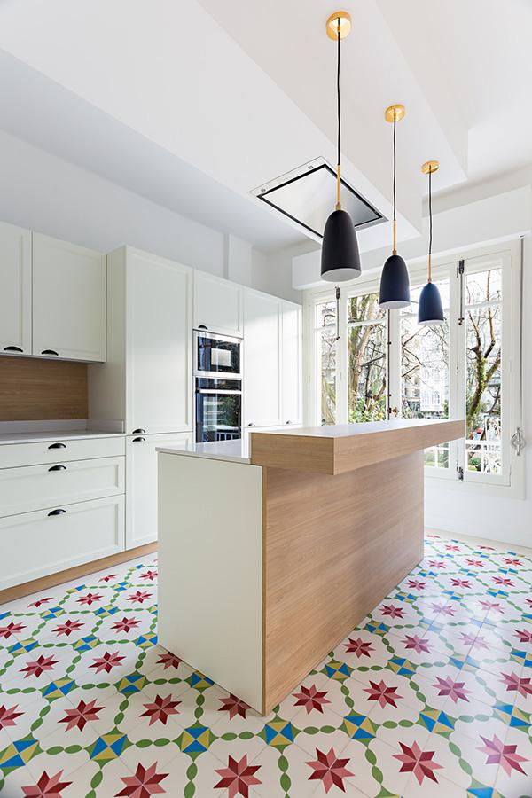 cocinas con paredes blancas estampadas