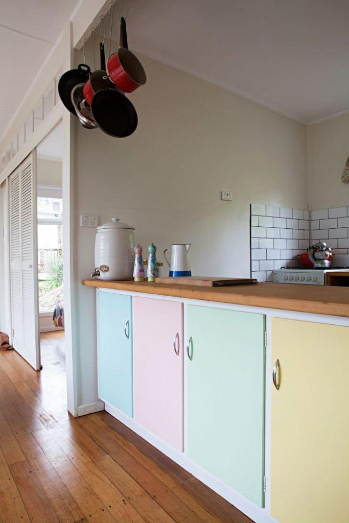 colores vintage en una cocina pequeña