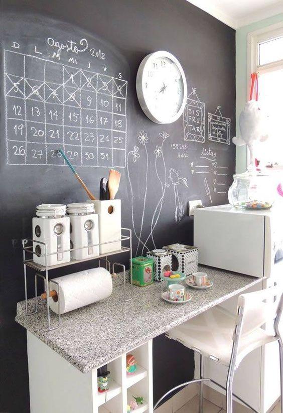 cocina con pared de pizarra para organizar