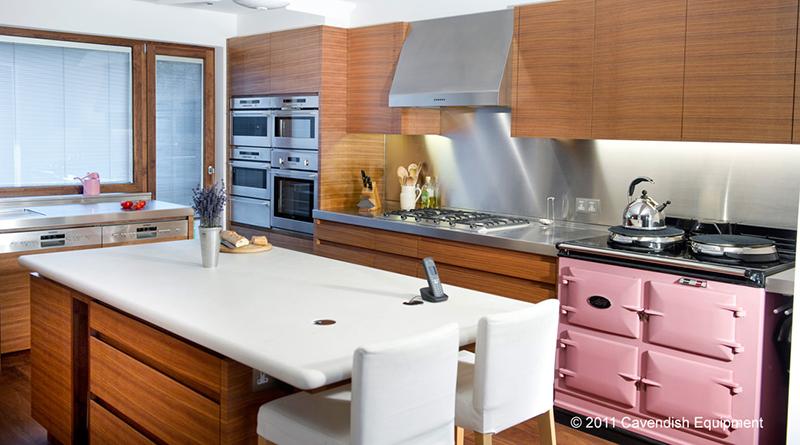 cocina con paredes En acero inoxidable y madera, fantástica