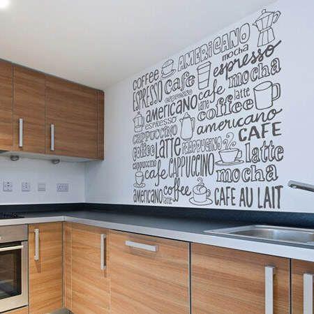 Cocina con vinilos en las paredes
