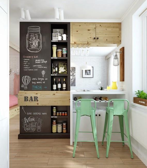 cocina con pared de pizarra estanteria