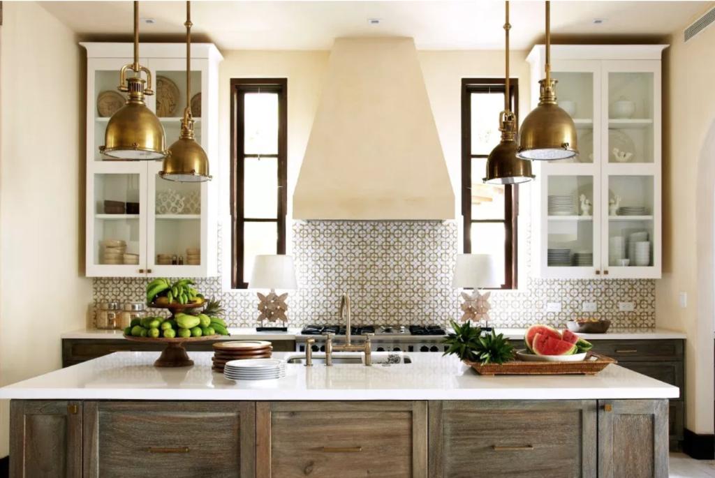 cocina farmhouse decorada con latón