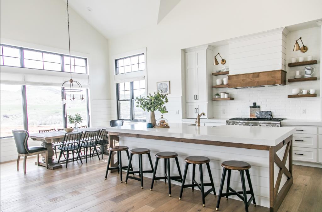 cocina farmhouse ligera y brillante