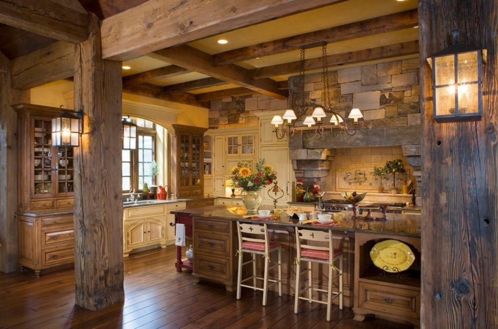 Cocina forrada de piedra con vigas de madera