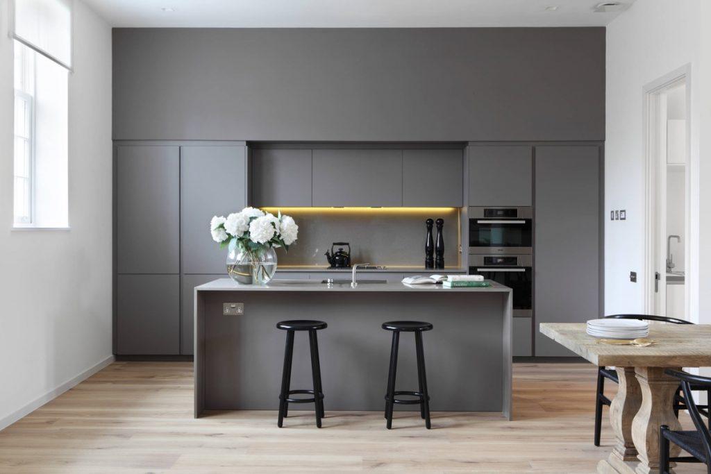 cocina minimalista en gris con barra