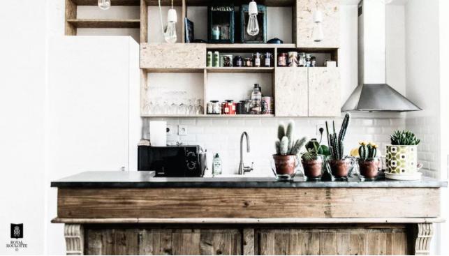 madera siempre funciona para las cocinas vintage pequeñas
