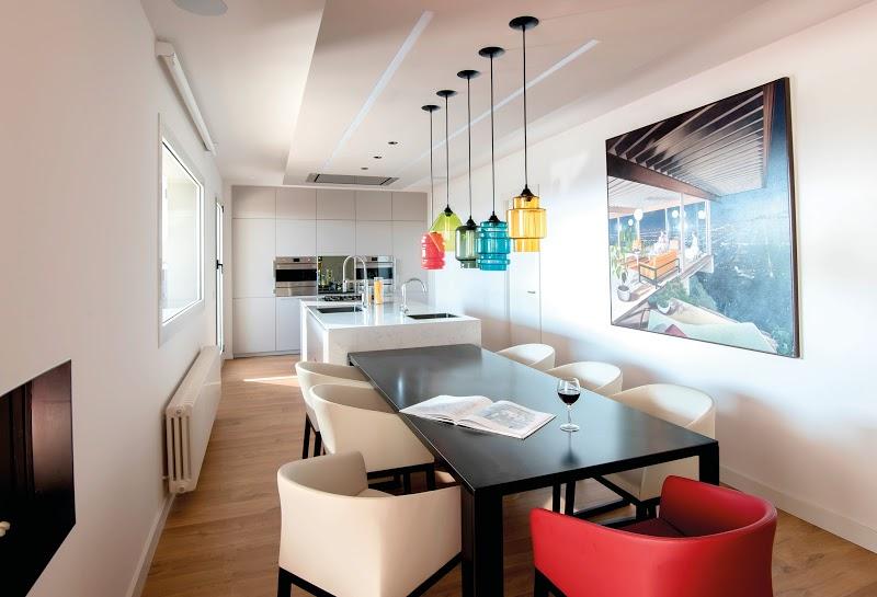 decoracion cocina blanco y negro con un toque de color