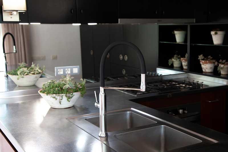cocinas con grifos oscuros