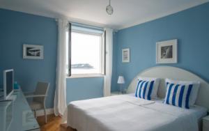 cuartos pintados de azul y blanco
