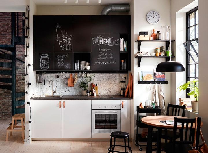 decoracion cocina blanco y negro con pizarra