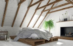 dormitorio con techo inclinado