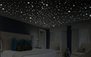 habitación con estrellas en todo el techo