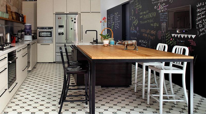 cocina con pared de pizarra grande