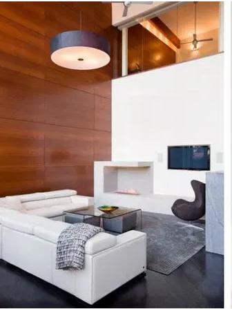 Salones pequeños y minimalistas con techo alto