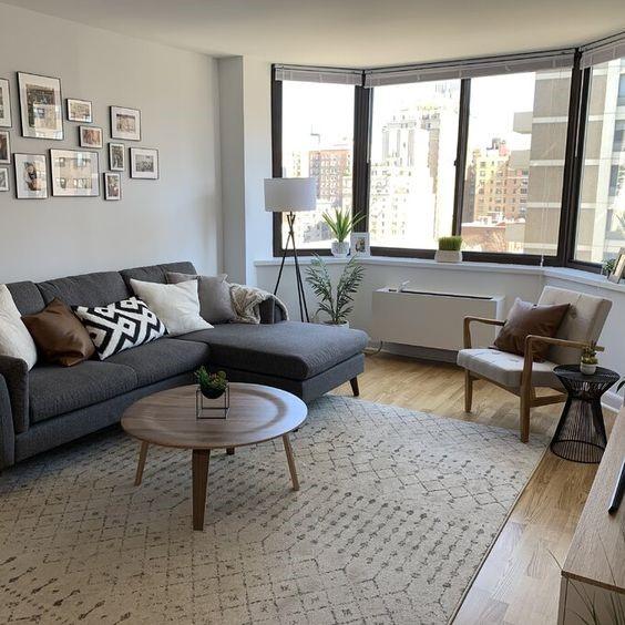 salon minimalista y practico en gris y madera