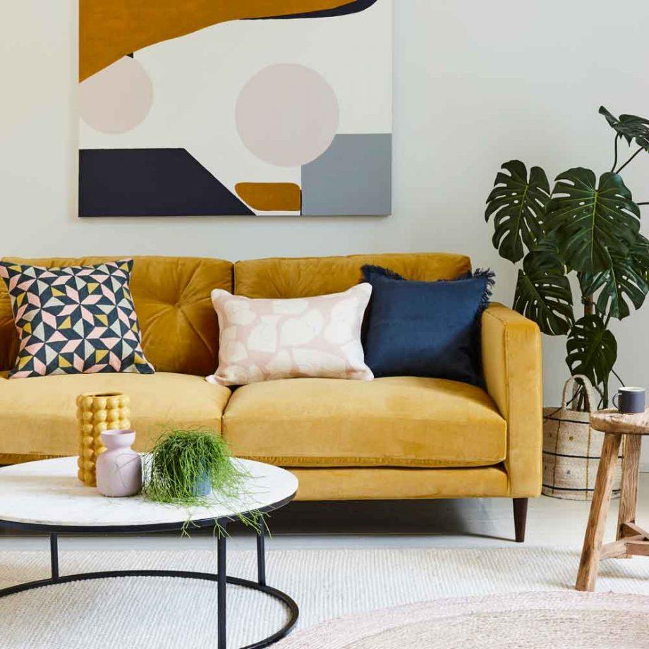 salon moderno en blanco y amarillo