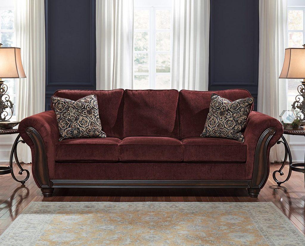 Añade cojines y textura a tu sofá granate