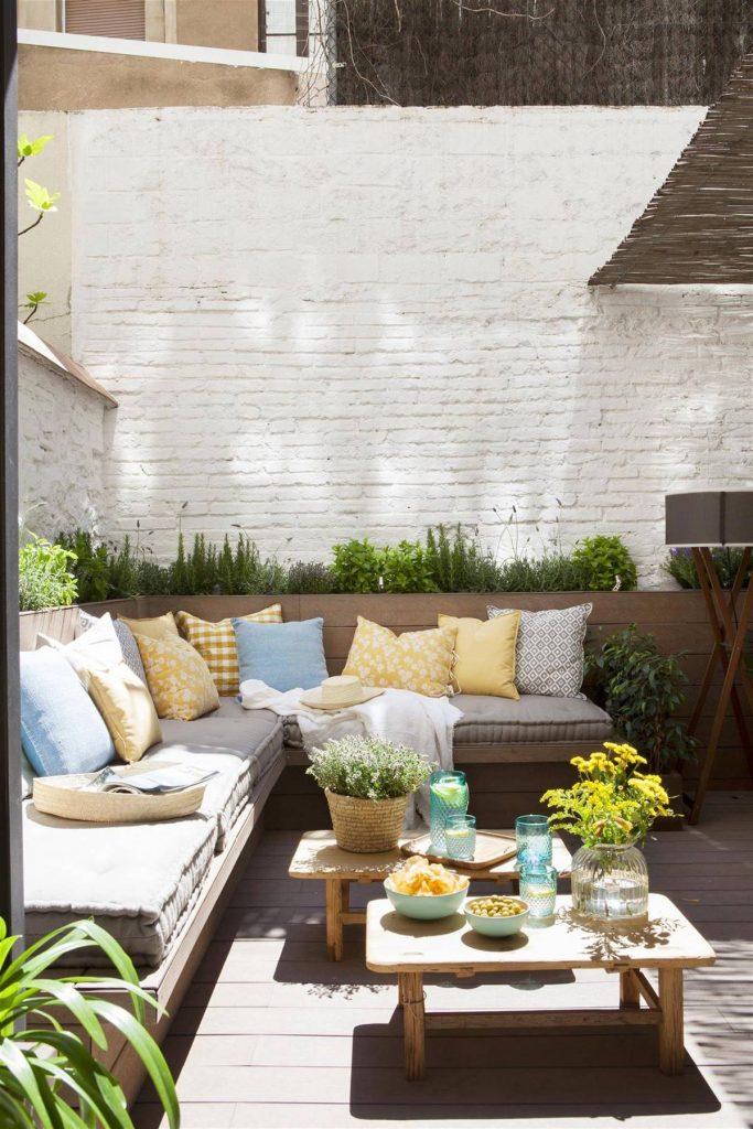 Ejemplo de patios muy pequeños decorado con sofá esquinero