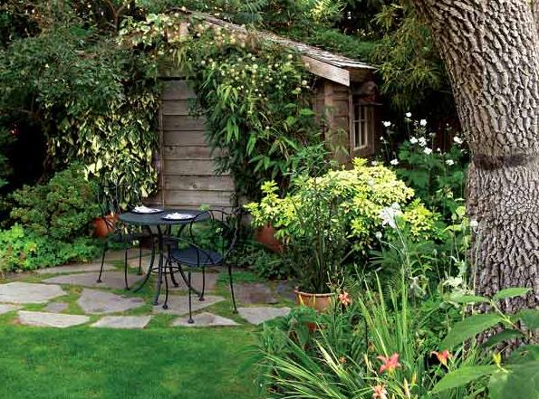 Jardín rústico con mesa de hierro