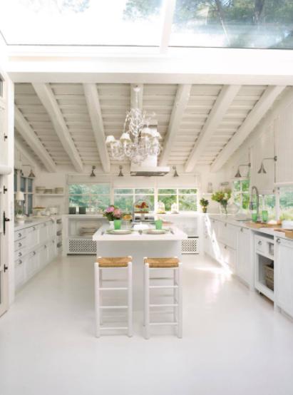 Cocina grande blanca, luminosa y abierta