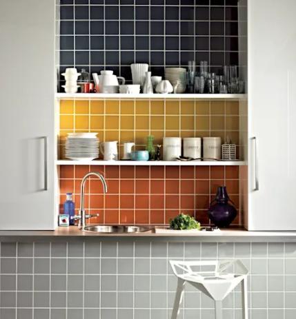 Azulejos de diferentes colores en la cocina