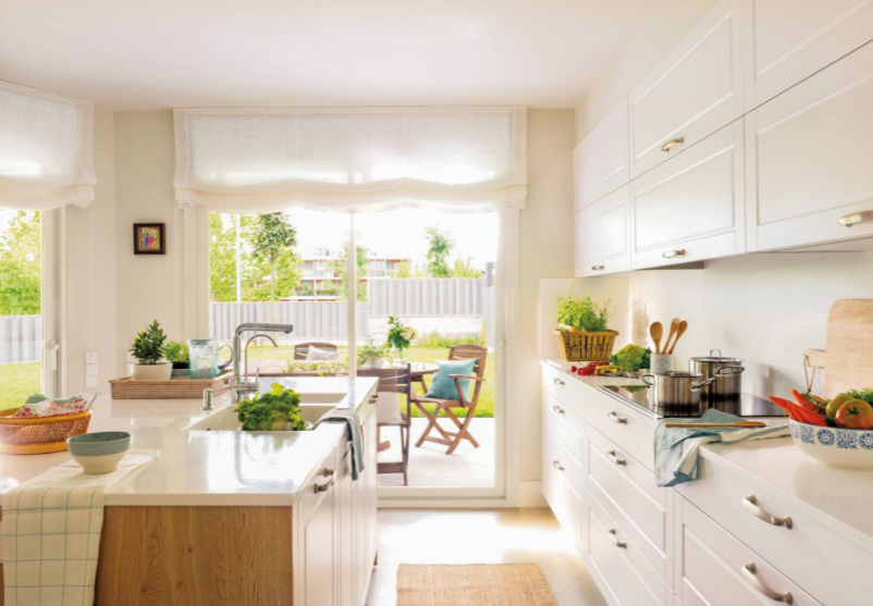 Cocina grande blanca y de madera