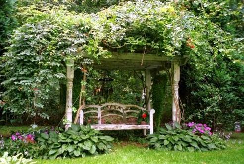 jardin rústico con pérgola de madera