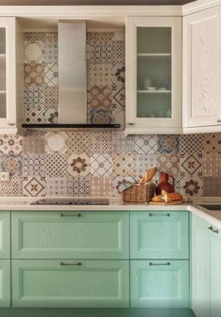 Mosaicos retro en pared de cocina