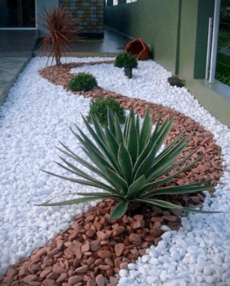 decorar un patio pequeño barato con piedras