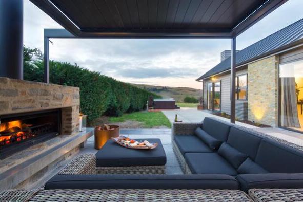 Decorar terrazas techadas con chimenea