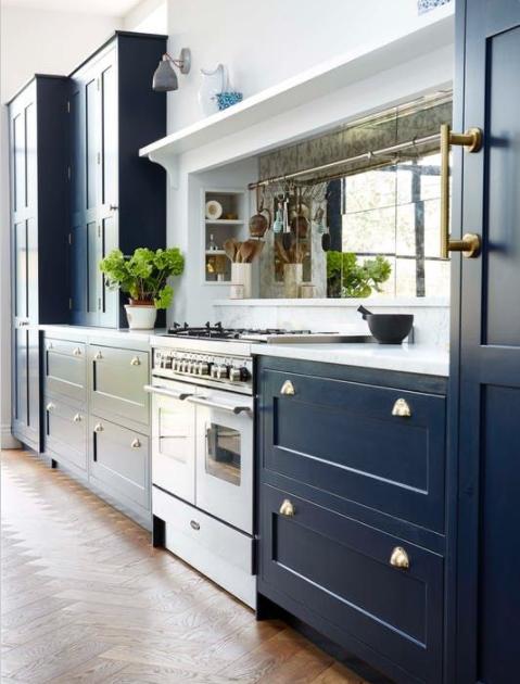 Añade un espejo al salpicadero de una cocina pequeña