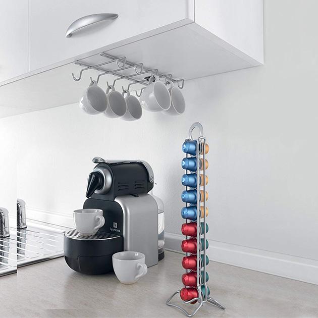 Aprovecha el bajo de los muebles para amueblar cocinas pequeñas