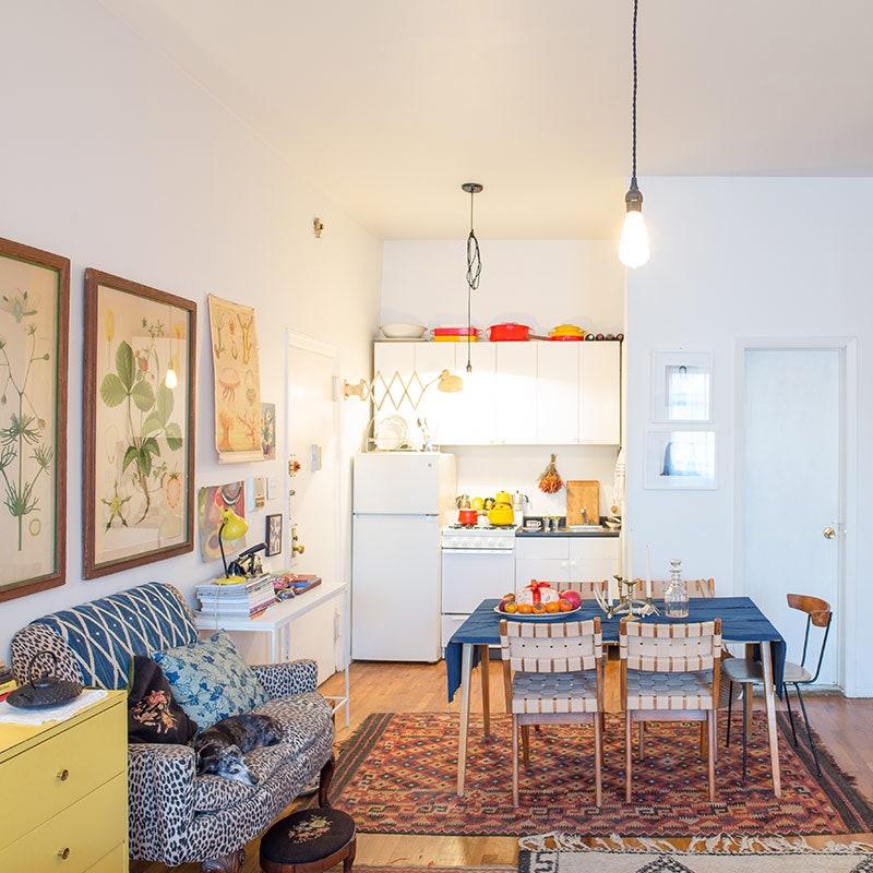 Aprovecha la parte alta de los gabinetes para amueblar cocinas pequeñas