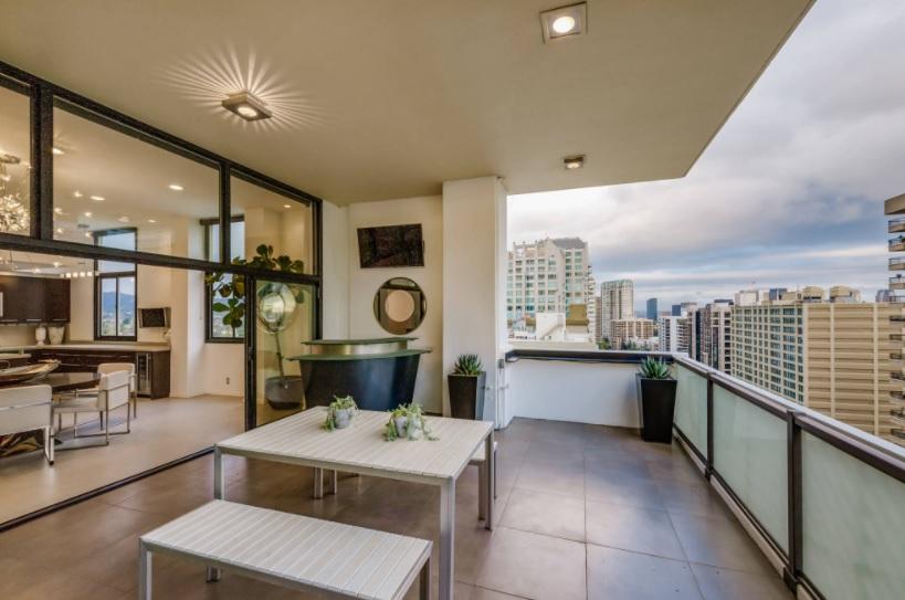 Un balcón grande y fresco para almuerzos al aire libre
