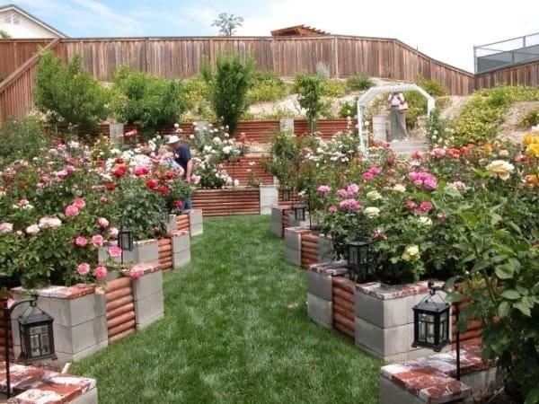 decoración de jardines con bloques de cemento por todo el jardín