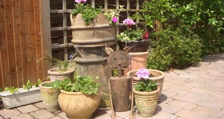 decorar patios pequeños sin césped con ladrillo y madera
