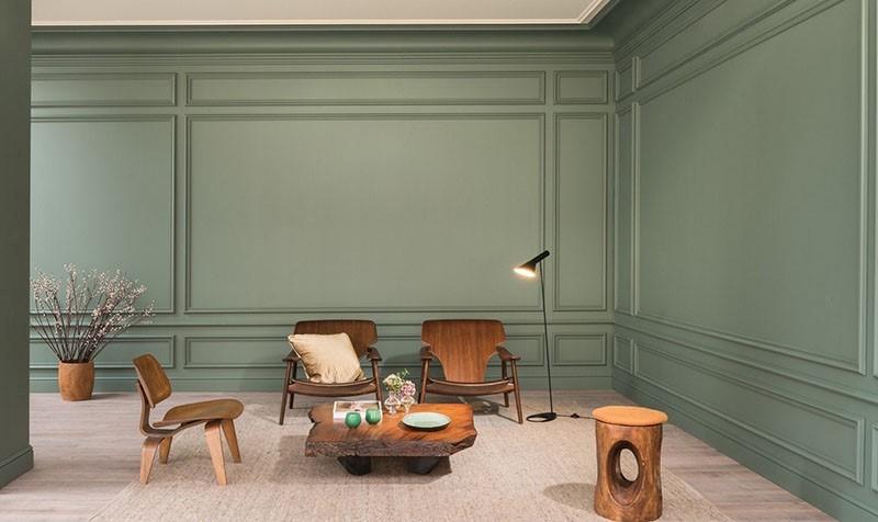 Un salón muy original con mesa de tronco de madera