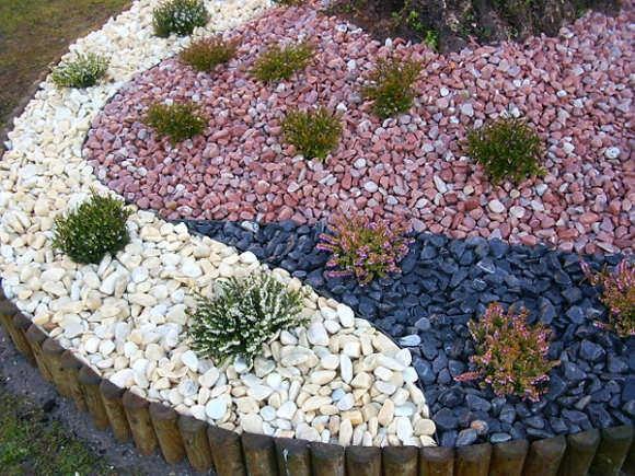 Jardines pequeños y sencillos con piedras coloridas
