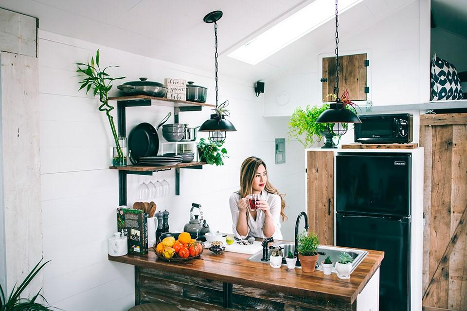 Presume tus adornos vintage en los estantes de la cocina