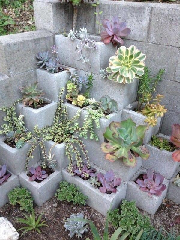 decoración de jardines con bloques de cemento piramidales