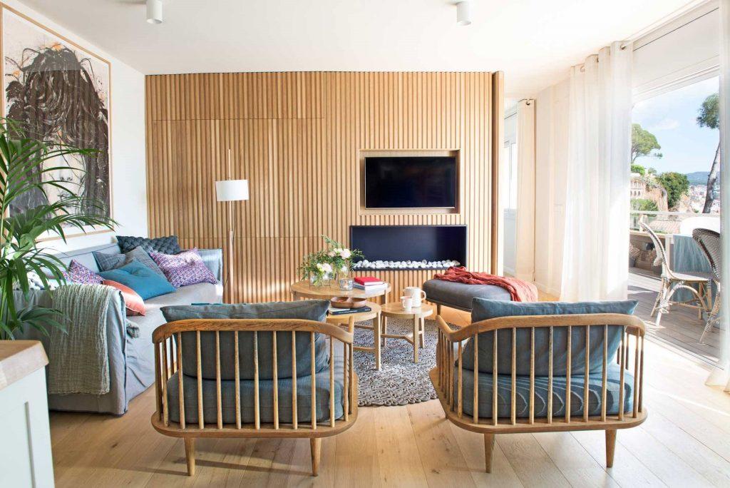 Salón con madera sencillo, cálido y cómodo