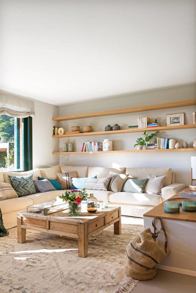 Gran sofá beige para un salón pequeño