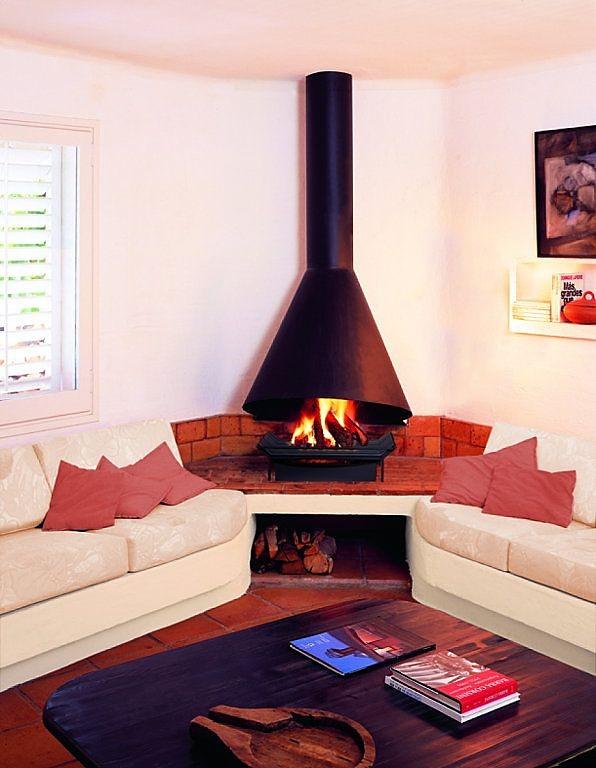 salon minimalista con chimenea romantica