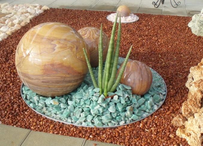 Jardines pequeños y sencillos con piedras variadas