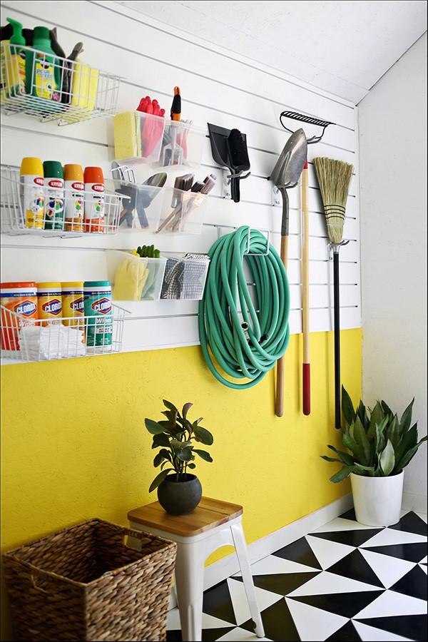 decoración de cocheras con plantas y articulos