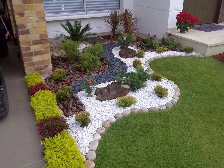 Jardines pequeños y sencillos con caminos de piedras