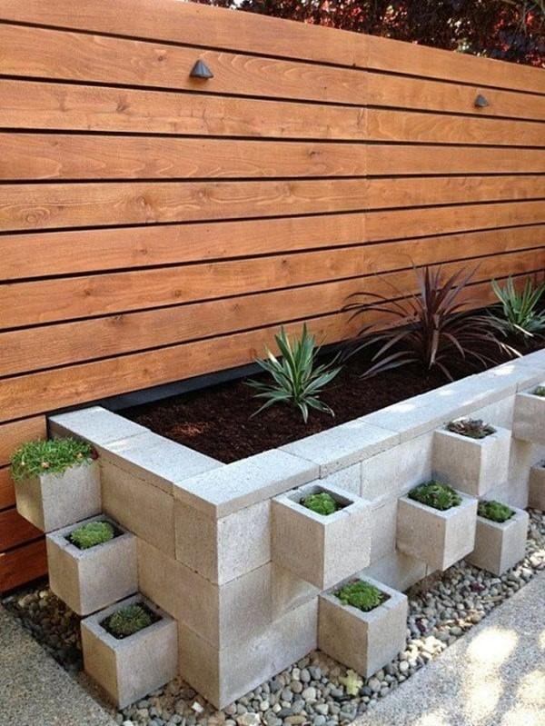 decoración de jardines con bloques de cemento y madera