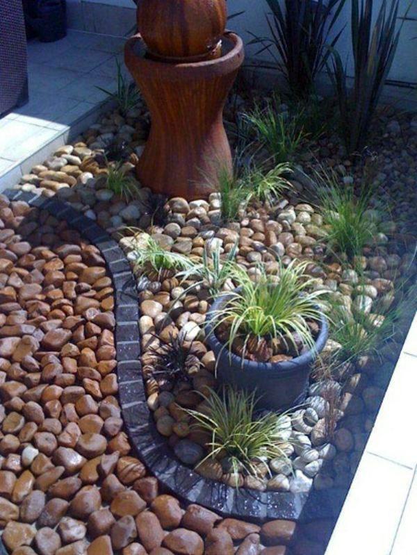 Jardines pequeños y sencillos con piedras resaltantes