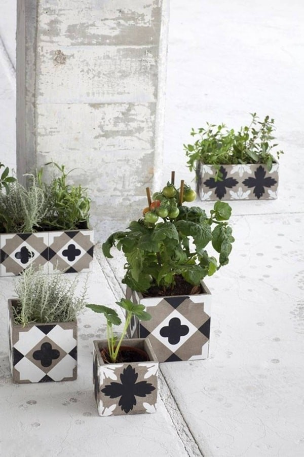 decoración de jardines con bloques de cemento y flores